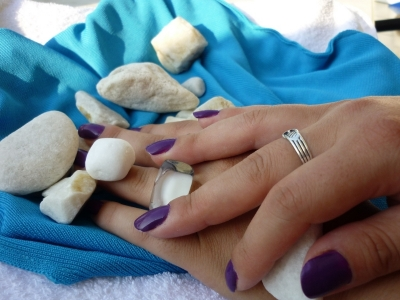 purple nails, white rocks